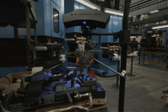 Skaner 3D Heavy Duty Quadro podczas skanowania w fabryce